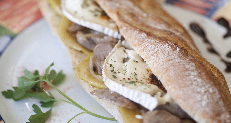 Bocadillo de Ternasco de Aragón con queso de cabra