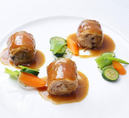 Paletilla de ternasco de Aragón deshuesada, cocinada a baja temperatura acompañada de verduritas de primavera
