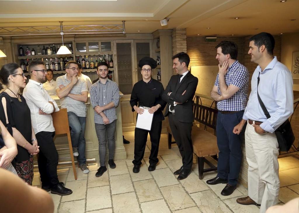 Momento de presentación de los aperitivos en la bodeguita del restaurante Aragonia Palafox