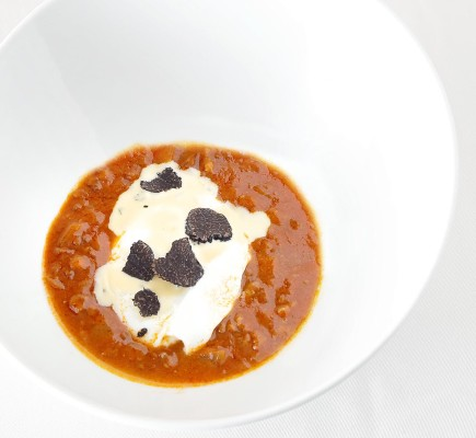 Huevo pochado con trufa y con pierna picada de Ternasco de Aragon