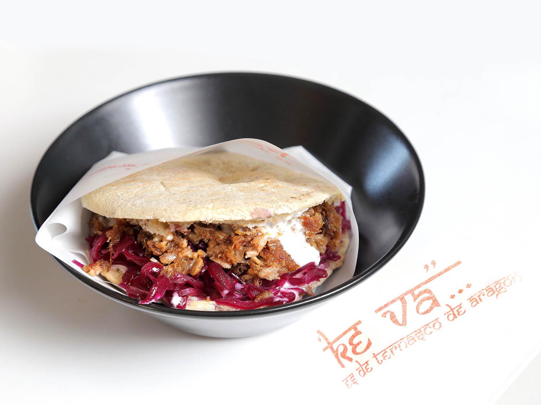 Kebab deTernasco de Aragón con col lombarda y salsa de yogur