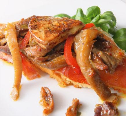 Montadito de Ternasco de Aragón con setas, foie gras y jamón de Teruel