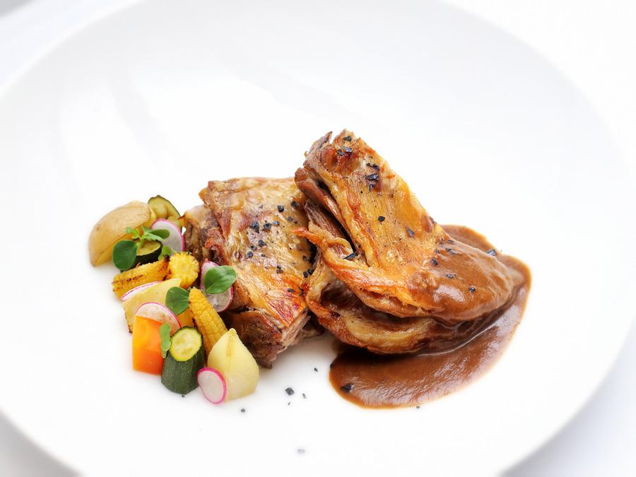 Paletilla de Ternasco de Aragón con salsa Perigueaux y mini verduras | Hotel restaurante La Fondica (La Puebla de Valverde)