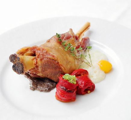 Paletilla de Ternasco de Aragón asada con espuma de patatas y pimientos confitados | Restaurante Almendro´s