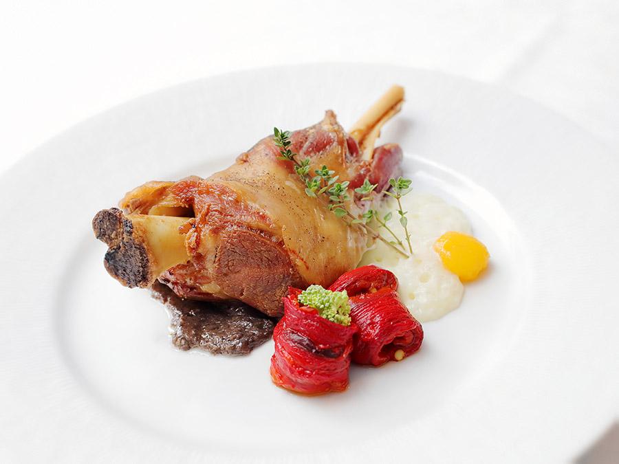 Paletilla de Ternasco de Aragón asada con espuma de patatas y pimientos confitados   Restaurante Almendro´s