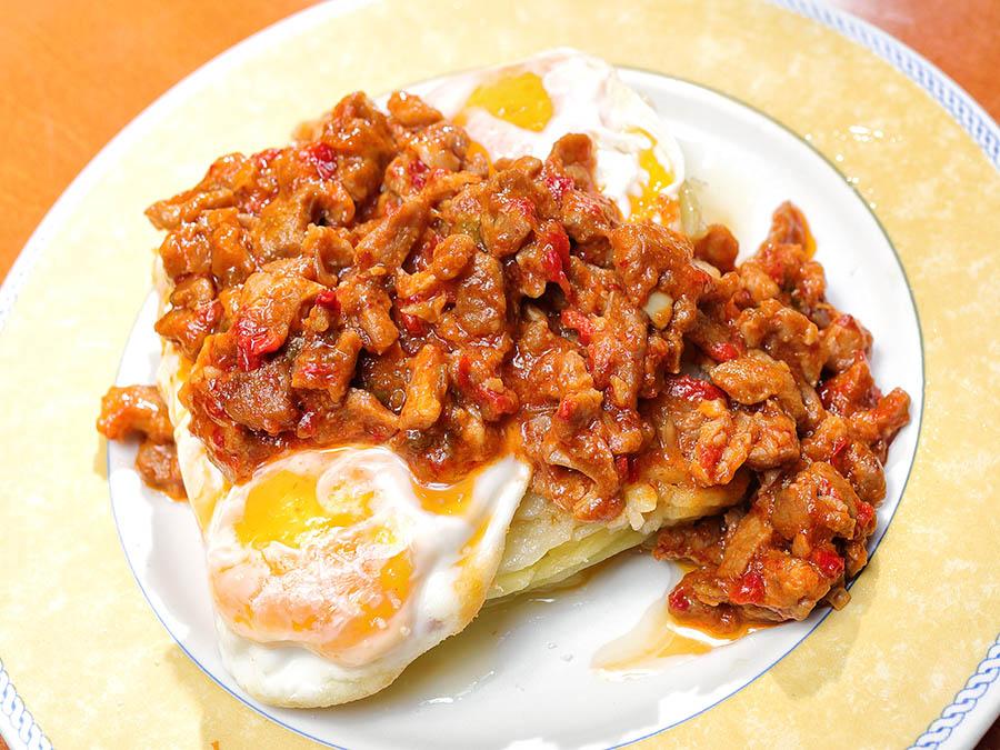 Huevos rotos con Ternasco de Aragón | Bar Cervino