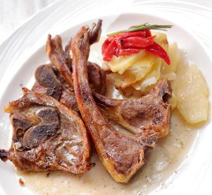 Chuletillas de Ternasco de Aragón IGP asadas con patatas y pimientos | Torre del Salvador