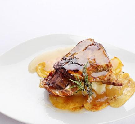 Paletilla de Ternasco de Aragón con patatas panadera | +Albarracín